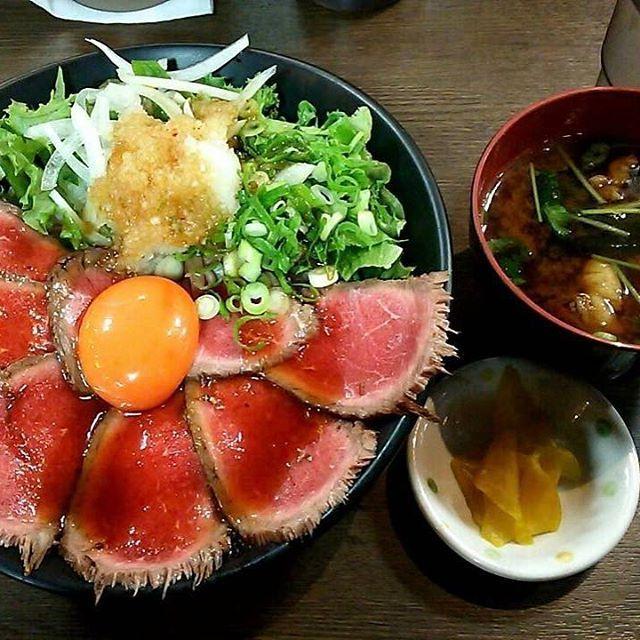 大阪は寺田町にある肉タレ屋😎 . . この綺麗なアート見てたら肉タレじゃなくて僕のヨダレがタレます😎 . . 黒毛和牛のローストビーフは癖になる美味さです😎 . . . 個性でいうと僕の方が癖あります😎 . . . 奈良県にも肉タレ屋できたけど、エコールマミのフードコート内でエコールマミとか行かないんですけど😎 . . . もうひと店舗、奈良にお願いします😎 . . . . #大阪 #osaka #肉#meat #beef #ローストビーフ #ローストビーフ丼 #肉タレ屋 #奈良 #nara #エコールマミ #instafood #肉活 #肉スタグラム #おしゃれ #お洒落 #おしゃれさんと繋がりたい #お洒落さんと繋がりたい #photo #写真好きな人と繋がりたい #邦ロック好きな人と繋がりたい #デブ活 #グルメ #ランチ #大阪ランチ #食レポ