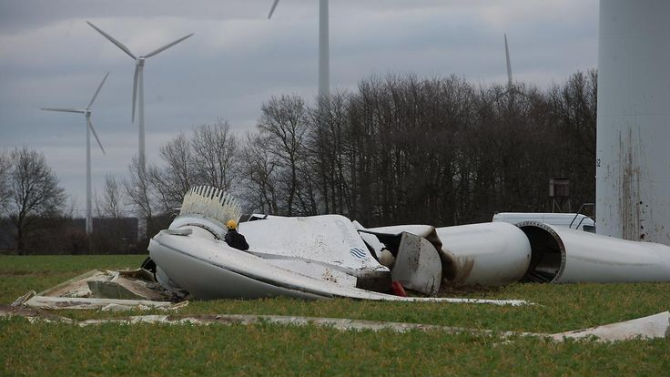 Havarie auf freiem Feld: Windrad knickt um in Grieschow (südlich. von Grimmen), Mecklenburg-Vorpommern