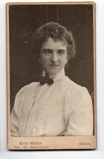 CDV Foto junge Frau  Atelier  Emil Müller, Inhaber Th. Kannenberg Köslin Pommern ca.1910