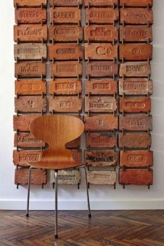 Outra forma de valorizar o tijolo antigo sem danificá-lo é criar um painel com mãos francesas de ferro. Na foto, a coleção deu charme ao canto decorado com uma cadeira Ant, assinada pelo dinamarquês Arne Jacobsen, e o piso de tacos antigos dispostos no padrão espinha de peixe