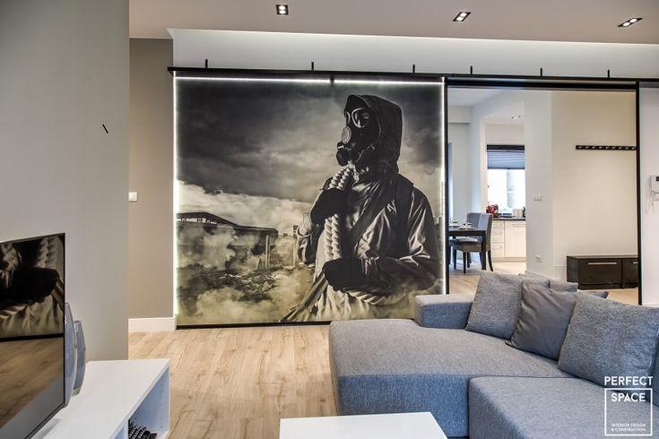 Oryginalna fototapeta w aranżacji salonu, umieszczona na przesuwanej ściance. Fototapeta w męskim stylu.