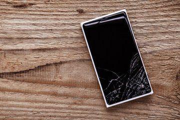 telefon z pękniętym ekranem