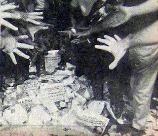 ΤΟ ΚΟΥΤΣΑΒΑΚΙ: Η φάρσα της ΑΠΟΣΤΑΣΙΑΣ Σήμερα πολλοί, τις δικές τους τραγωδίες, επιχειρούν να τις επικαλύψουν και κουκουλώσουν με φάρσες των ιστορικών μας τραγωδιών.  Μία από τις μεγάλες ιστορικές μας τραγωδίες ήταν η ΑΠΟΣΤΑΣΙΑ του 1965: Νόβας, Τσιριμώκος, Μητσοτάκης, Ανάκτορα, Λαμπρακιστάν και CIA… Αυτή η ΑΠΟΣΤΑΣΙΑ έχει …φωτογραφηθεί από την ιστορία με την εικόνα του καψίματος, στην Πλατεία Κλαυθμώνος, των «Νέων»: Η λαϊκή ΑΝΤΙΔΡΑΣΗ…
