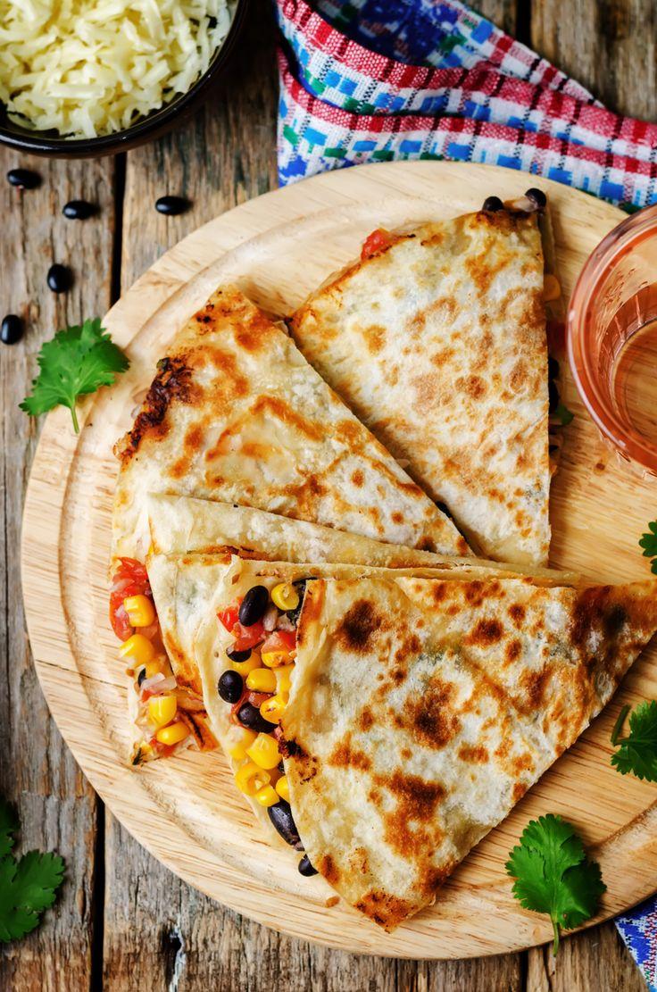 Quesadilla's zijn net zo makkelijk te maken als een boterham met pindakaas. Oké, het kost misschien iets meer tijd, maar je kunt ze vullen met werkelijk alles! Wij geven je 3 smakelijke combinaties voor vullingen. Tip: gebruik niet te veel vulling per quesadilla en houd een randje rondom vrij. Pittige kip Maak een mengsel van …