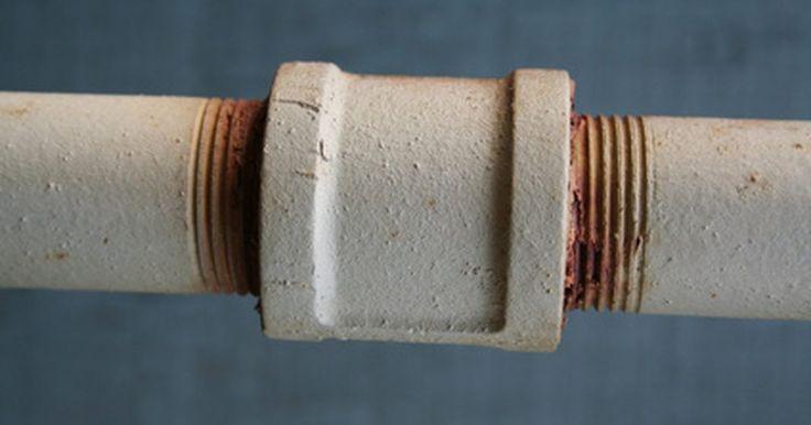 Cómo reparar un tubo metálico con fugas