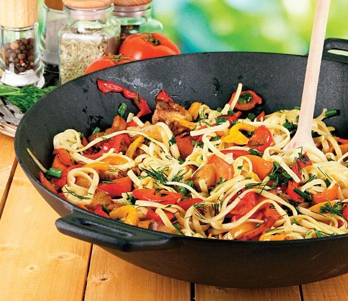 Un wok de tăiţei chinezeşti foarte uşor şi rapid - gata în numai 15 minute. Iată reţeta.