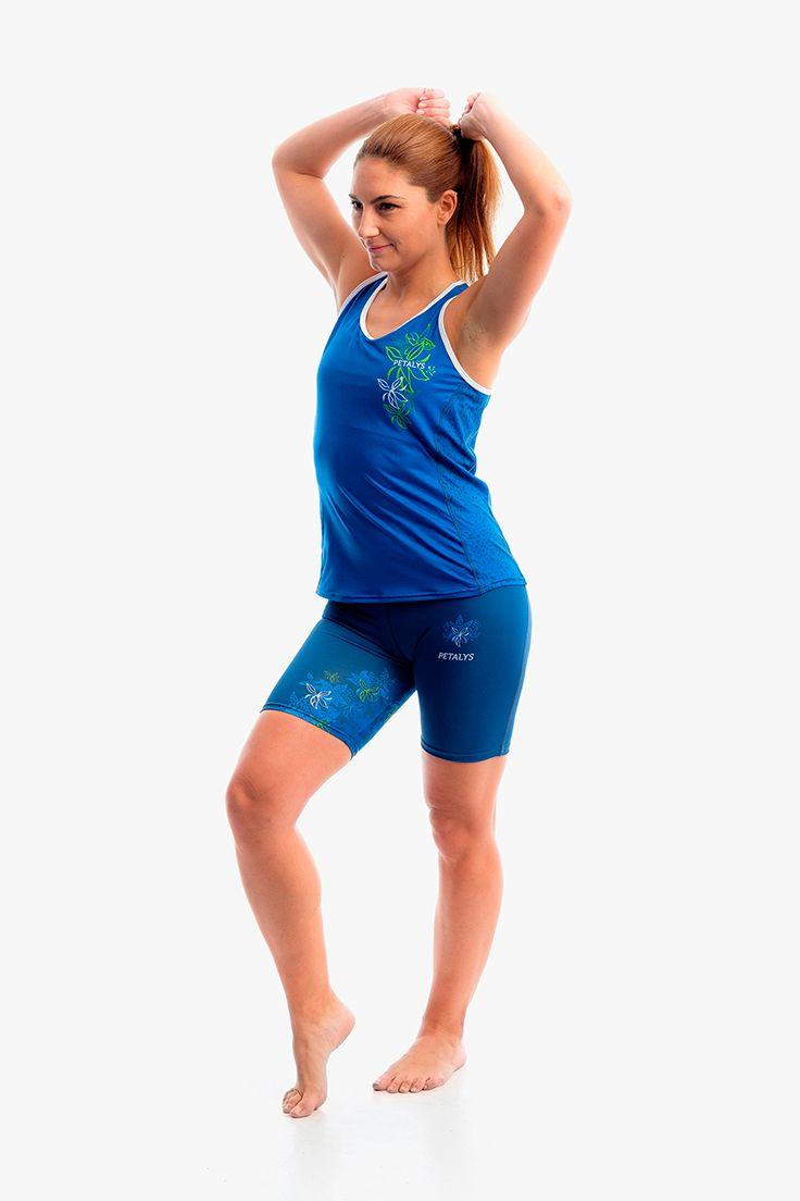 Combinación de la colección de #running para mujer BRASSIA. Camiseta de tirantes azul klein y pantalón corto (largo ciclista) para #correr. Puedes hacer clic en la foto y entrar para ver el detalle del moteado trasero y lateral de la camiseta.