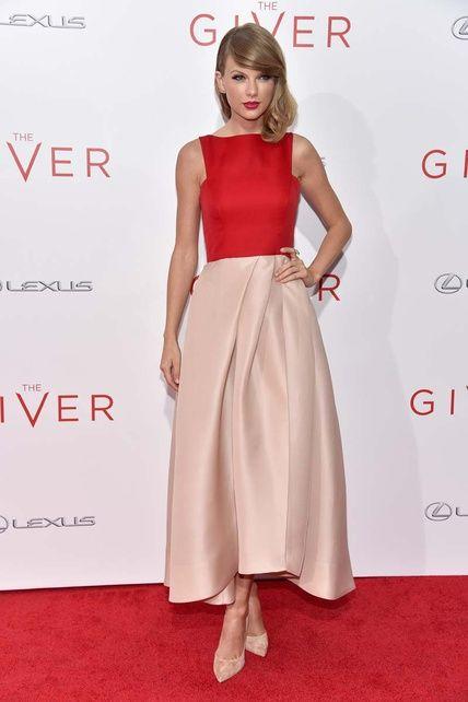 Taylor Swift con un vestido de Monique Lhuillier y zapatos Casadei. Colores y pliegues de la falda que favorecen.