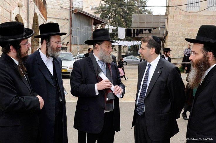 """Rabi """"Israel"""" mendorong poligami untuk melawan ancaman demografi Arab  YERUSALEM (Arrahmah.com) - Rabi """"Israel"""" telah menyetujui praktik poligami untuk melawan apa yang mereka percaya sebagai ancaman demografis yang ditimbulkan oleh penduduk Arab yang tinggal di """"Israel"""" dan wilayah Palestina yang diduduki.  Sebuah paparan yang diisiarkan oleh Channel 10 sebuah saluran siaran """"Israel"""" mengungkapkan bahwa praktek poligami ini telah disetujui oleh para rabbi yang telah secara aktif mendorong…"""