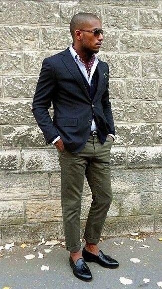 Usa un blazer azul marino y un pantalón chino verde oliva para lograr un estilo informal elegante. Luce este conjunto con mocasín con borlas de cuero negro.