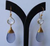 Goud vergulde oorbellen Bergkristal en blauw Chalcedoon briolet