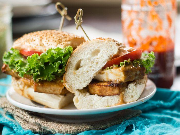 Baked Peanut Tofu Sandwiches with Sriracha Mayo 焼きピーナッツ豆腐のための 大さじ3。クリーミーな自然ピーナッツバター 大さじ3。メープルシロップ 1.5大さじ。しょうゆ 1.5大さじ。ライムジュース 小さ じ1。ごま油 小さじ1。おろし生姜 みじん切り大1ニンニククローブ、 1/4程度カップの水 1ポンド余分事務所豆腐は、排水、プレスし、8スラブにスライス シラチャーメイヨーのため ¼カップビーガンマヨネーズ 大さじ1。シラチャー・ソース(または好みに) サービングのための 4(6インチ)、サンドイッチロール、オープンスライス 4大レタスの葉、またはお好みのサンドイッチ野菜のいくつかの握り 1大規模なトマト、オープンスライス