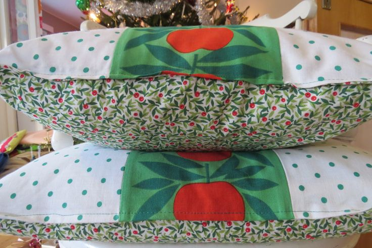 Vintage apple fabric from Sweden together with jolly green polka dots and Chrismassy fabric for the bottom bit (no pun intended! :-)). Cushion covers.