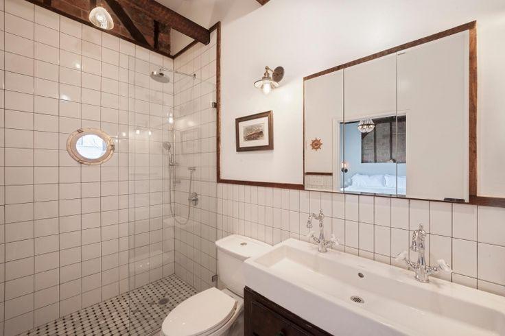 ブルックリンのB&Bの水回り。タイルや鏡と白塗装壁の、見切り方がカッコいい。シャワー室の船舶用の窓とレトロ照明もあいまって、今っぽさ満載。