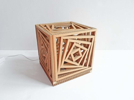 Lampada da tavolo a forma di cubo in cartone