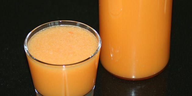 Den friskpressede morgenjuice har en flot orange farve.