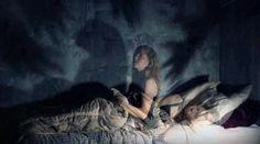 La paralisi del sonno (http://scienze.fanpage.it/paralisi-ipnagogica-quella-paura-nel-cuore-della-notte/), è un disturbo legato a un prolungamento eccessivo, o a un inizio anticipato, della fase REM. Può sembrare infatti che le immagini prodotte dalla mente prendano quasi una forma reale. Eventi stressanti, ansia e scarsa qualità del sonno sono tutti fattori che possono incidere negativamente, non ci sono ancora terapie mediche specifiche. Si possono però seguire una serie...