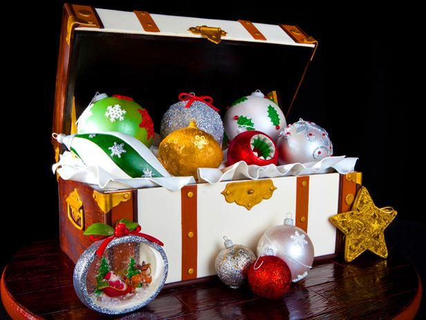 Edible Gingerbread Treasure Box >> http://www.diynetwork.com/decorating/15-amazing-gingerbread-houses/pictures/index.html?soc=pinterest