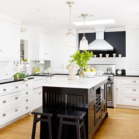 classic black + white pair beautifully in this chic modern kitchenIdeas, Blackandwhite Kitchens, Kitchens Design, Black And White, Black And Whit Kitchens, Black White, Gorgeous Kitchens, Modern Kitchens, White Cabinets