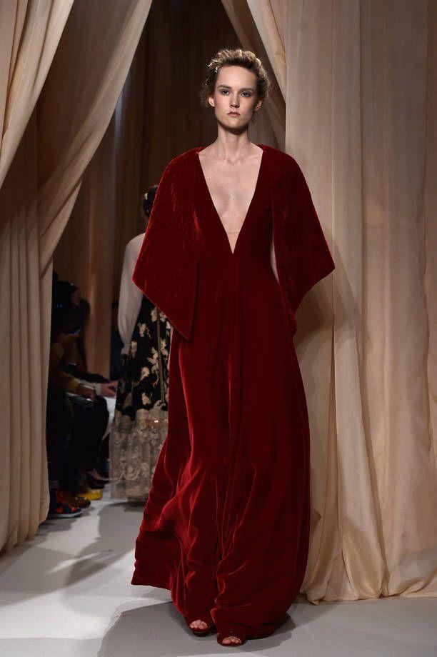 abito velluto rosso bordeaux | Abito in velluto rosso con scollatura vertiginosa sul decolletè, ma ...