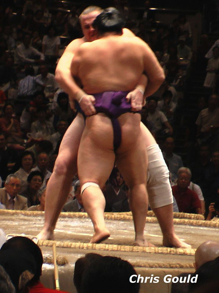 Baruto demonstrates the strength his physique conveys, lifting out his 140-kilogram opponent despite a clearly suspect knee...