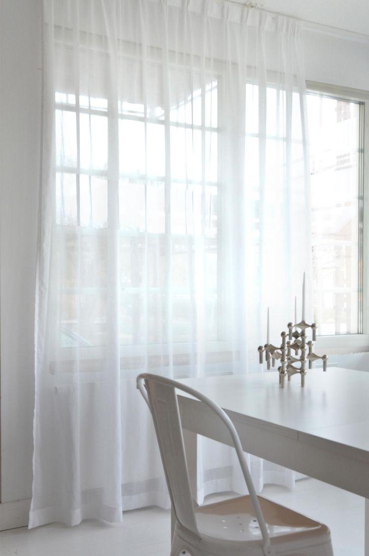 Veckbandslängd som är 290 cm bred vilket gör att den passar både i vanliga fönster och i stora fönsterpartier. Gardinen faller vackert och har en matt yta som låter ljuset silas in. Färgerna passar väldigt bra både om du har lite tonade väggar eller helt vita, även om vi rekommenderar Grace natur till helt vita hem då denna färg ger ett mjukare intryck och att en vit gardin i ett vitt hem gör att ljuset blir för starkt. Gardinen har dubbelt upplägg nedtill så att gardinen får rätt tyngd…