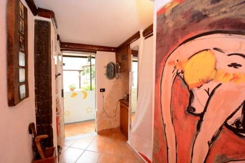 L'Homme Tranquille Salerno L'Homme Tranquille offers pet-friendly accommodation in Salerno, 1.5 km from Salerno Harbour. The apartment is 800 metres from Tribunale di Salerno.  The kitchen has a fridge. Towels and bed linen are featured at L'Homme Tranquille.