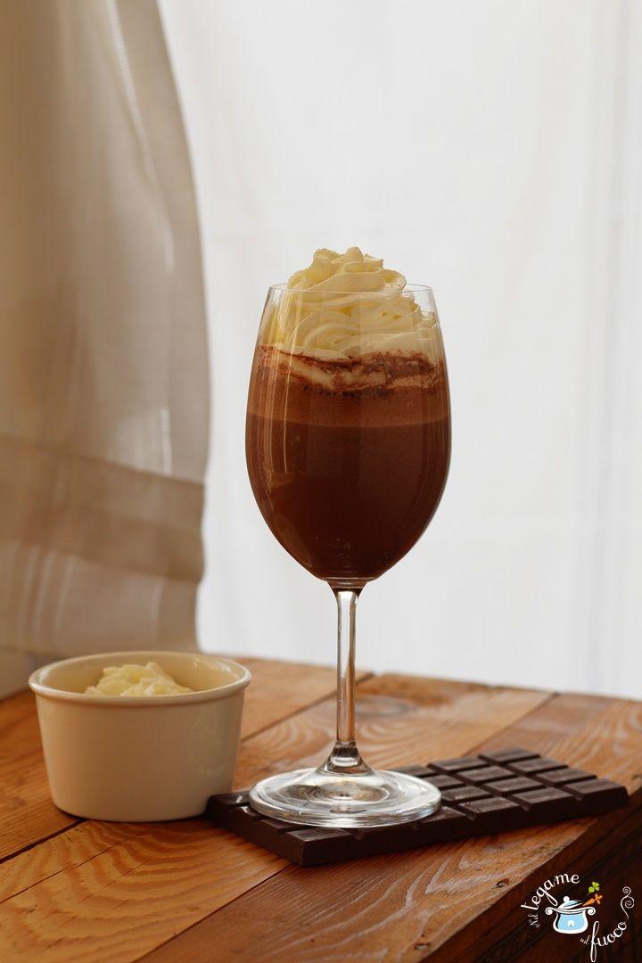 Goloso e freschissimo il frappè al cioccolato, un dolce-bevanda velocissimo! In questa ricetta troverete anche la versione light a basso indice glicemico!