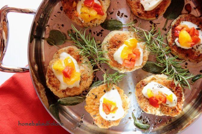 Piccoli Hamburger di pollo profumati con salvia e rosmarino ricoperti di mozzarella di bufala campana DOP e peperoni