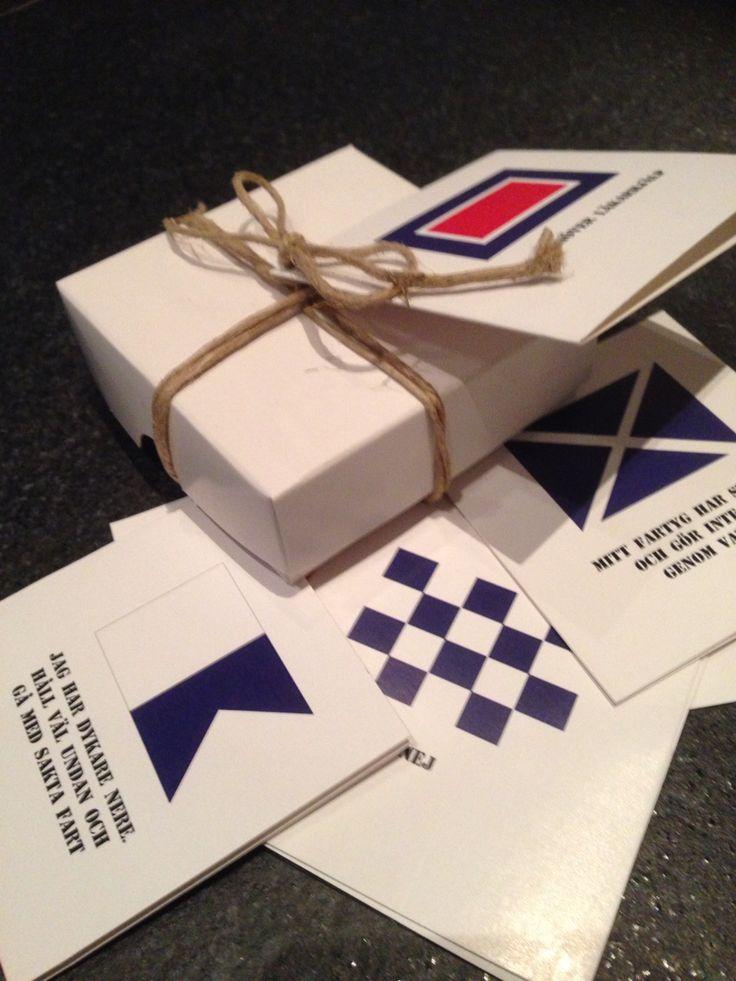 Nu finns Marina Tavlors presentkort med hela alfabetets signalflaggor i en presentask