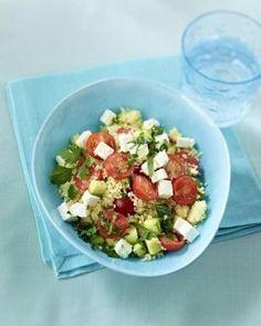 Couscous-Salat mit Schafskäse Rezept Zutaten für 2 Personen: Salz 100 g Couscous (vorgegarter Harzweizengrieß) 250 g Kirschtomaten 1 Zucchini (ca. 200 g) 75 g fettreduzierter Schafskäse (9 % Fett) 1 Bund Petersilie 2 EL Essig Pfeffer 1 Prise Zucker 2 EL Olivenöl