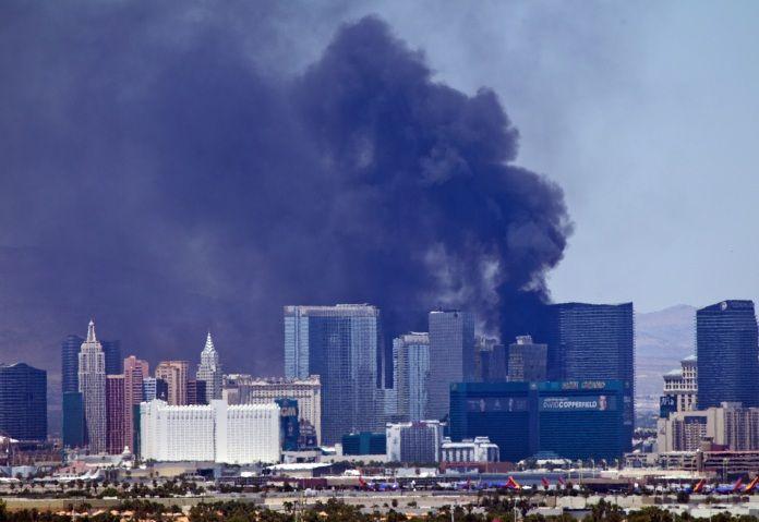 Сильный пожар произошел на улице Лас-Вегас Стрип.  В самом центре мировой «столицы гемблинга», на знаменитой улице Стрип в Лас-Вегасе произошел сильный пожар. В субботу, 25 июля, загорелась открытая площадка с бассейном, расположенная на 14 этаже гостиницы Cosmopolitan.