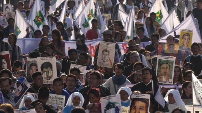 Ciudadanía como membresía: Ciudadanía como miembros de una comunidad política que crea un sentimiento distintivo de identidad.  Escogí esta imagen porqué esta marcha por los estudiantes de Ayotzinapa es un movimiento político que creo ruido en México y en el mundo, por lo que está creando un sentimiento de solidaridad y al mismo tiempo de pertenencia al luchar por una misma causa.