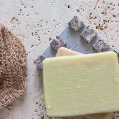 Create this simple mosaic soap dish from cement – bring a little art into the bathroom.  #handmade #mosaicart #homedecor #diyprojects #diyidea #homeinspo #diydecor #projectoftheday #diyfriday
