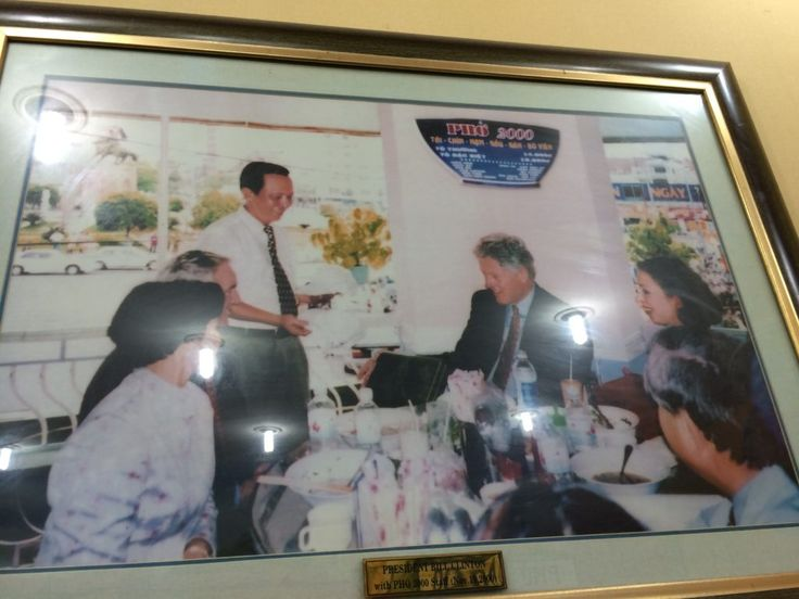 'Phở' - Vietnamese noodle soup In 2000, Bill Clinton chose to enjoy 02 bowls of Vietnamese Pho when traveling to Vietnam, maybe he loved it so much