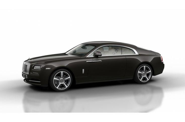 """Wraith is door en door een Rolls-Royce. Wat is gebleven zijn de klassieke 2:1 verhouding tussen de hoogte van de wielen en de hoogte van de carrosserie, alsook de lange achteroverhang, automatisch uitrichtende wielharten en de kenmerkende en aan de achterzijde scharnierende coach deuren Alleen Wraith heeft drie nieuwe, exclusieve wielontwerpen. Standaard is een 20"""" zevenspaaks ontwerp; optioneel zijn 21"""""""