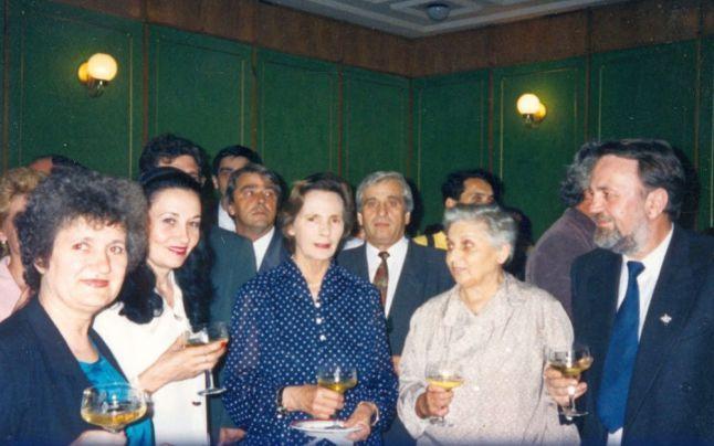 Fotografii-document cu Regina Ana. În 1995, venită în ţară fără Regele Mihai, a mâncat la masa unor ţărani din Galaţi | adevarul.ro