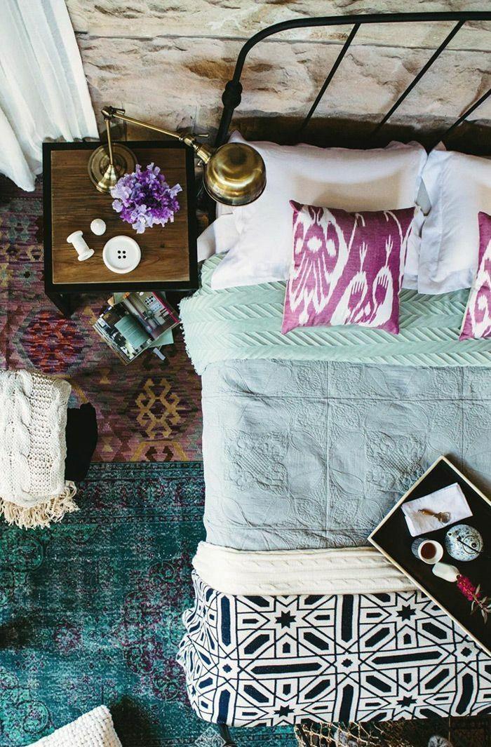 schlafzimmergestaltung metallbett gemusterte bunte textilien