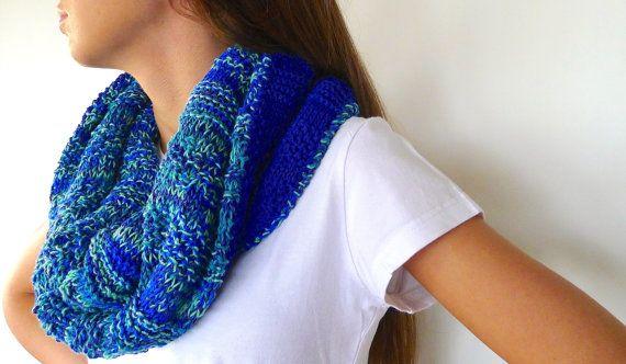 Bufanda azul hecha a mano | Bufanda reversible | Bufandas tejidas modernas |Cuellos de punto originales   Esta bufanda azul hecha a mano tiene un color tan vibrante que se convertirá en el accesorio estrella de tu armario para la próxima primavera. En realidad se trata de una bufanda reversible, de manera que una de las partes está tejida en azul cobalto liso, mientras que la otra tiene el mismo color pero combinado con verdes, para lo que he empleado un algodón jaspeado.  Es totalmente…