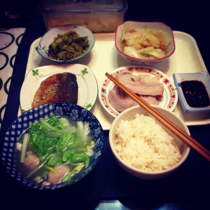 2015/09/25 #朝ご飯  #早餐  辣炒酸菜、開陽白菜、乾煎塩漬白腹鯖、白切豬頸肉、小白魚丸湯!