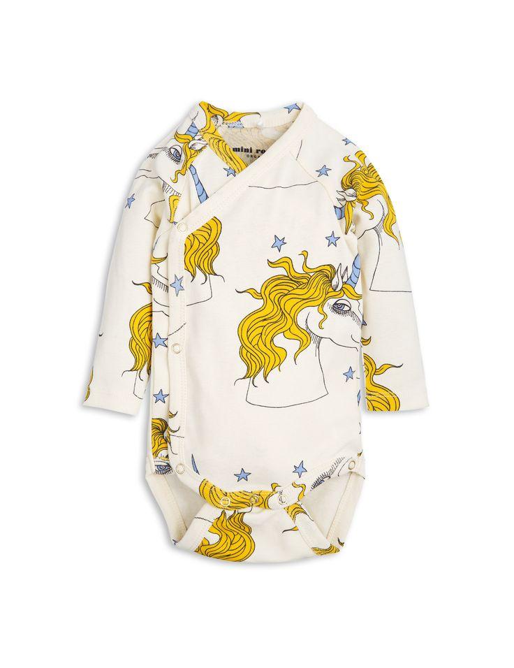 Body de Mini Rodini. Material: 100% Algodón orgánico. Permite envolver la prenda alrededor del niño en lugar de tirar hacia abajo sobre su cabeza.