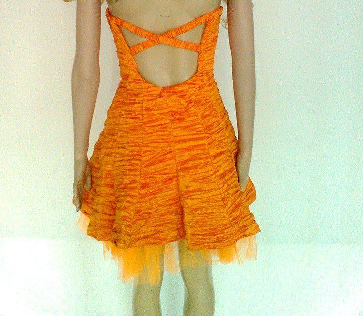 Vestido corto color naranja, espalda descubierta con detalle de tiras.