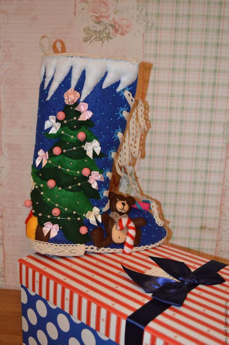 Что самое волшебное в новогодних праздниках? Конечно же — это получать подарки. В каждой семье своя сказка, своя традиция дарить подарки. Кто-то кладет их под елку, к кому-то в гости приходят Дед Мороз и Снегурочка, а кому-то, забравшись через дымоход, Дед Мороз положил подарок в рождественский сапожок. Такой сапожок еще может служить просто украшением новогоднего интерьера, а если он сшит своими руками, то будет очень ценен как подарок.