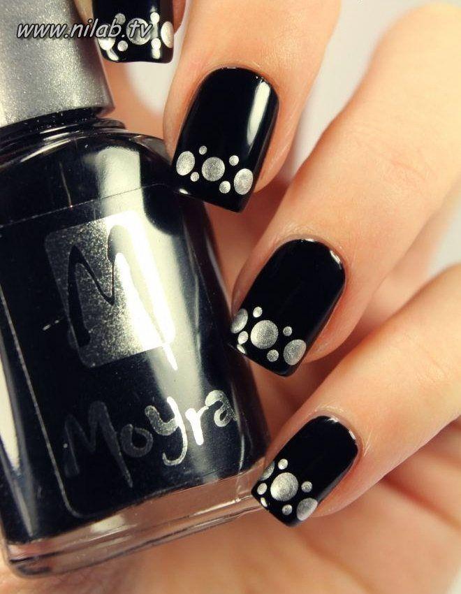 uñas negras con puntos grandes y pequeños plateados