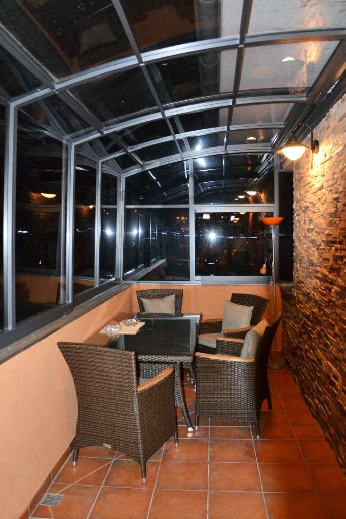 Poklidná noční atmosféra zastřešeného balkonu systémem CORSO.