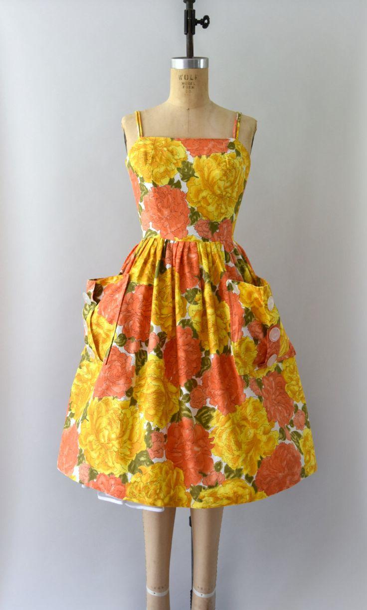GERESERVEERD VOOR LIU--NIET KOPEN!     Prachtige Vintage jaren 1950 sundress, helder oranje en gele peony print katoen lichaam, ingerichte bodice, dubbele schouderbanden, voorzien van taille, zeer volledige rok met twee grote patch zakken, verborgen terug metalen rits.  ---M E EEN S U R E M E N T S---  Pasvorm/maat: XS  Bust: 31-32 Taille: 25 Heupen: gratis Lengte: 38  Maker/merk: geen gevonden Voorwaarde: Grote voorwaarde met lichte stress op de naden van de buste.  - - - - - - - -...