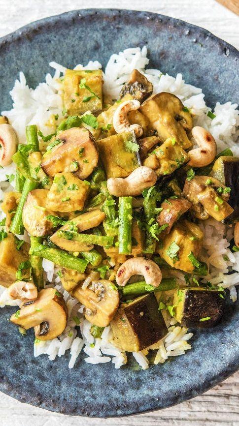 """Step by Step Rezept: Hello Massaman! Cremig-mildes Thai-Curry mit Aubergine, Champignons und Cashewkernen. Gesund / 30 Minuten / Schnell / Veggie / Vegetarisch / Lecker / Vegan / Glutenfrei / Laktosefrei / Kochen / Kochbox #hellofreshde #gesund #diy #kochen #rezept #kochbox #veggie #vegetarisch #vegan #glutenfrei #laktosefrei Ihr habt gewählt und unsere leckersten #Gerichte aus dem #Jahr2017 bestimmt ! Darum gibt es zum Start ins neue Jahr unsere """"#Bestof2017""""-Kochbox"""