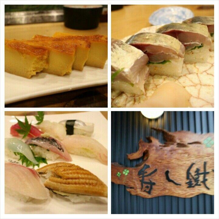 袖師 寿し鐵@静岡・清水  『倉澤の鰺の押し寿司・にぎり・たまぷり』  すべてはこの記事からはじまった。 http://rocketnews24.com/2014/08/13/471266/ 静岡周辺で美味しいランチはないか探していたら見つけた記事。しかし、店名がない!あぁでもない、こうでもないと調べてみるとこの店と記事を結ぶツイートが存在した。ランチは浜松に向かうことになったので、夕食に寄らせていただいた。   店の名物は『たまプリ』と称する玉子焼?玉子、みりん、砂糖少々で微妙な硬さ〜デザートでもないし〜。 なんか不思議な感覚。 また、由比あたりに根付く鯵を『倉澤の鰺』としてブランド化してあり、その押し寿司もいただきました。まだ、脂はイマイチらしいけど・・・うまぁい!  2015.05.19