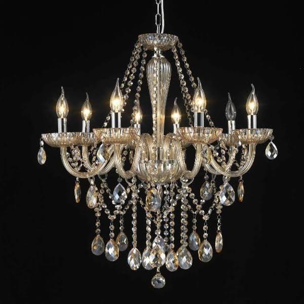 O tom âmbar do lustre Charmonix deixa seu ambiente delicado. Seus 8 braços com a sobreposição dos cristais K9 tornam a peça admirável aos olhos de quem a vê.