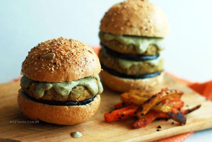 Hambúrguer de grão de bico e molho de curry verde, cheio de proteínas e prático de fazer, a melhor combinação pra enfiar o pé na jaca saudavelmente ;)